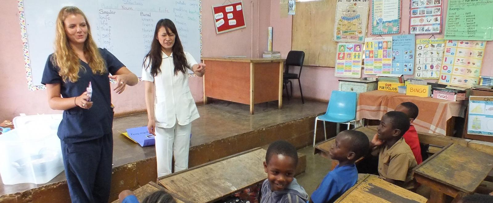 Voluntarias adquieren experiencia docente durante su voluntariado de enseñanza en Jamaica.